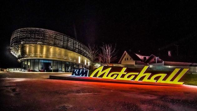 Die KTM Motohall im Nachtmodus (Bild: Pressefoto Scharinger © Scharinger)