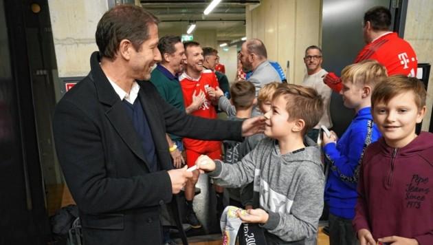 """""""Herr Teamchef, ein Autogramm bitte."""" Franco Foda wurde von jungen Fans zur Unterschrift gebeten. (Bild: Sepp Pail)"""