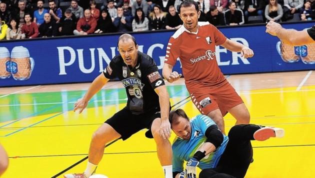 Schwarz (Haas) und Rot (Tokic) schenkten sich im Derby nichts. (Bild: Sepp Pail)