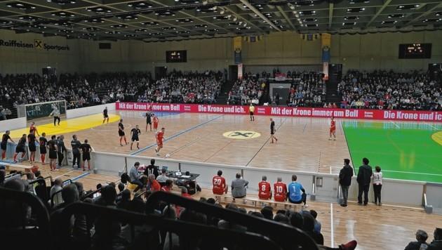 Volles Haus im Sportpark! Das Benefiz-Hallenturnier der Legenden in Graz zieht die Fans an wie ein Magnet - 3000 feierten ein Fußball-Fest. (Bild: Sepp Pail)