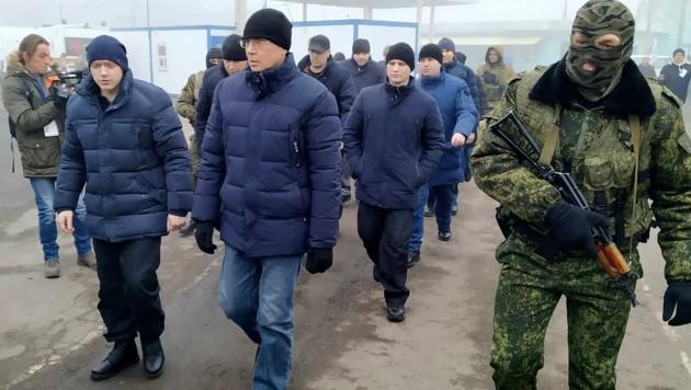 Ein Soldat der Separatisten eskortiert eine Gruppe Gefangener. (Bild: AP Photo/Alexei Alexandrov)
