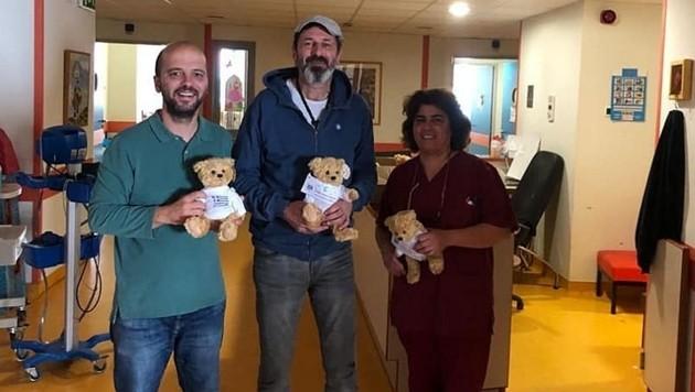 Spielsachen und Stoffbären - die so genannten Grecolinos - wurden auf den Kinderstationen der Krankenhäuser verteilt. (Bild: Griechenlandhilfe.at)