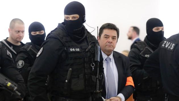 Unter den Beschuldigten im Mordfall Kuciak ist unter anderem der umstrittene slowakische Unternehmer Marian Kocner (im Bild mit orangefarbener Schleife am Arm). (Bild: AP)
