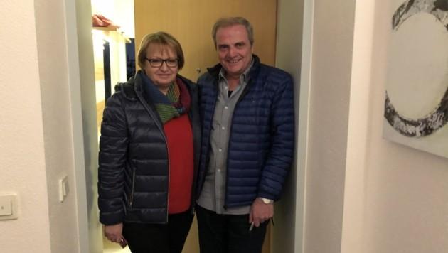Martina (60) und Johann D. (64) fanden den kleinen Bub vor ihrer Wohnungstür (Bild: Gantner Christoph)