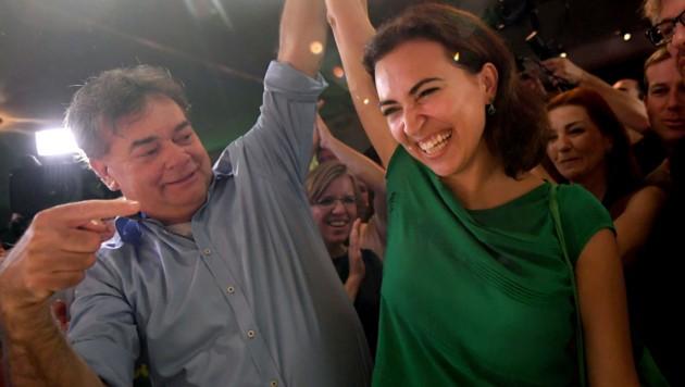Werner Kogler und Alma Zadic bei der Wahlfeier der Grünen (Bild: APA/ROLAND SCHLAGER)