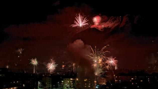 """Neben dem Feuerwerk auf der Seegrube sah man viele """"private"""" Leuchtraketen (Bild: zeitungsfoto.at/Liebl Daniel)"""