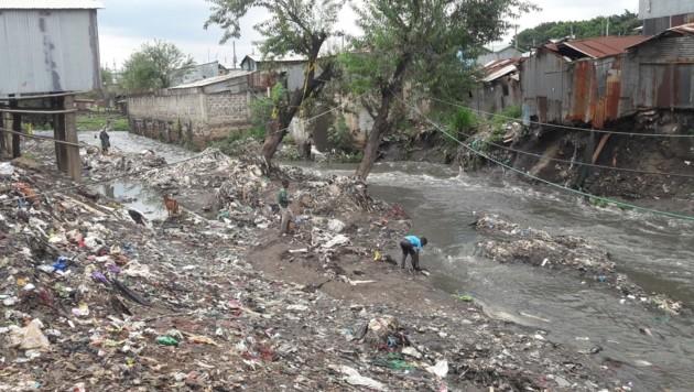 Vom Müllsammeln können Menschen in den Mukuru-Slums ganze Familien ernähren. (Bild: Robert Fröwein)