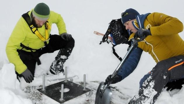 Kößler (rechts) und Kuen schaufeln das Fundament aus. (Bild: Peter Freiberger)