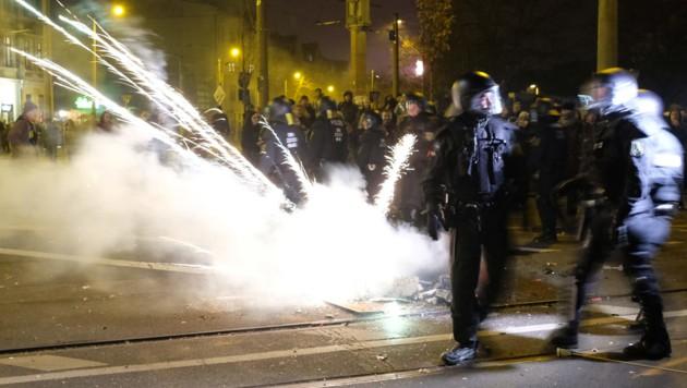 Die Silvesterfeiern im Leipziger Stadtteil Connewitz sind traditionell geprägt von Scharmützeln zwischen linken Aktivisten und der Polizei. Doch diesmal eskalierte die Situation vollends. (Bild: APA/AFP/dpa/Sebastian Willnow)
