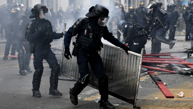 Dauereinsatz für die Sicherheitskräfte in den französischen Metropolen (Bild: APA/AFP/STEPHANE DE SAKUTIN)