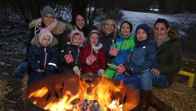 Bereits zum zweiten Mal am See: Tanja, Eva, Niki und Elisabeth mit ihren strahlenden Kindern. (Bild: Evelyn Hronek)