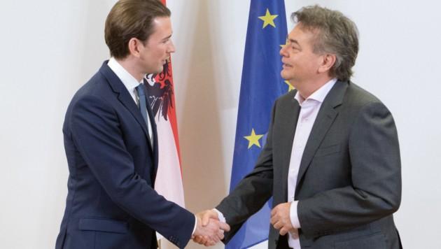 Historischer Handschlag am 1.1.2020 um 22 Uhr: Kurz und Kogler paktierten ihre Koalition. (Bild: AFP )