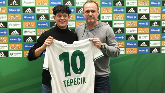 Enes Tepecik nach der Vertragsunterzeichnung mit Willi Schuldes (sportlicher Leiter Rapid II, Akademie und Nachwuchs). (Bild: SK Rapid)