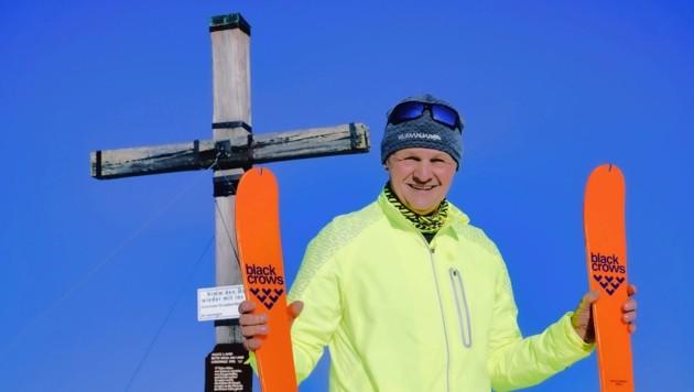 Hans lächelt mit der Sonne beim Gipfelkreuz um die Wette. (Bild: Wallner Hannes)
