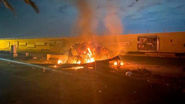 Dieses Fahrzeug ging während des Raketenangriffs nahe dem Flughafen von Bagdad in Flammen auf. (Bild: Iraqi Prime Minister Press Office)