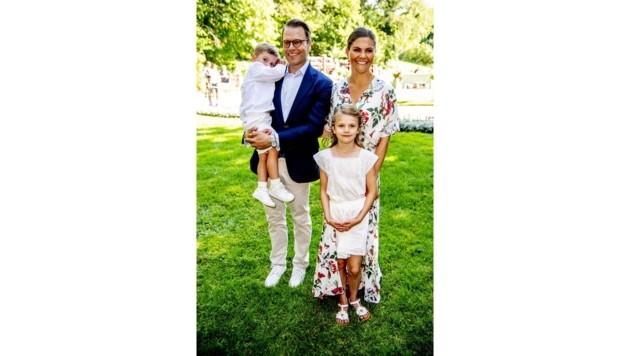 Kronprinzessin Victoria von Schweden mit Ehemann Daniel und den Kindern Oscar und Estelle (Bild: Viennareport)