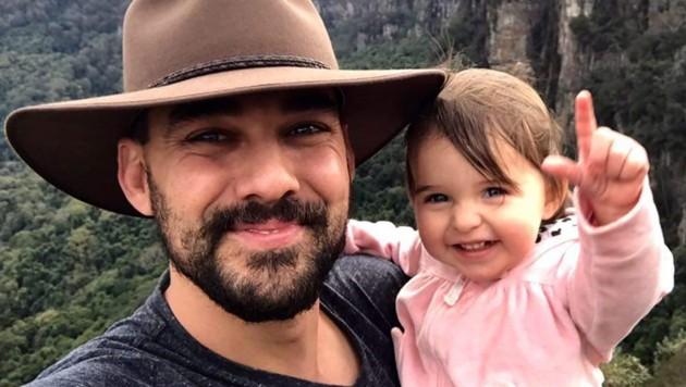 Andrew O'Dwyer mit seiner kleinen Tochter (Bild: APA/AFP/New South Wales Rural Fire Service/Handout)