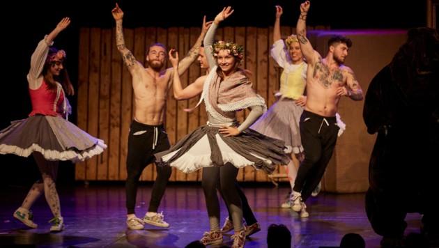 """Breakdancer tanzen zu Volksmusik: """"Younak"""" schlägt die Brücke vom Gestern ins Heute. (Bild: Cirque Noël Graz / Martin Hauer)"""
