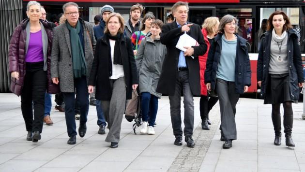 Die Parteispitze der Grünen vor Beginn des erweiterten Bundesvorstands am Freitag (Bild: APA/BARBARA GINDL)