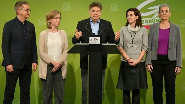 Rudolf Anschober, Leonore Gewessler, Grünen Bundessprecher Werner Kogler, Alma Zadic und Ulrike Lunacek (v.l.) informierten über das einstimmige Ergebnis im erweiterten Bundesvorstand. (Bild: APA/BARBARA GINDL)
