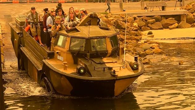 Rechtzeitig vor der nächsten Hitzewelle sind diese Menschen aus Mallacoota im Bundesstaat Victoria von der australischen Marine in Sicherheit gebracht worden. (Bild: AP)