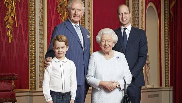 Die Queen versammelte zum Start in das neue Jahrzehnt alle ihre Thronfolger für ein Porträt im Thronsaal des Buckingham-Palasts. (Bild: AFP)