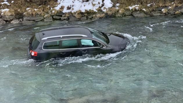 Die Feuerwehr konnte das Auto mit einem Kran aus dem Wasser bergen. (Bild: Frewillige Feuerwehr Kaprun)