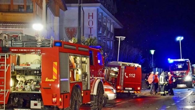 Rund 160 Einsatzkräfte von Feuerwehr, Polizei und Rettung standen nach dem Horrorunfall im beschaulichen Ort Luttach im Einsatz. (Bild: facebook.com/lfvsuedtirol)