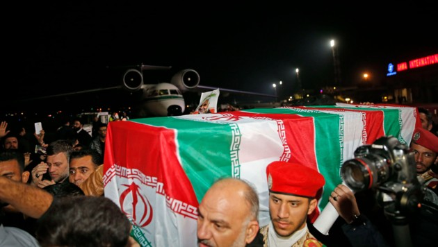 Soleimanis Leiche befindet sich mittlerweile in seinem Heimatland. Im Bild ist die Ankunft des Sargs am Ahvaz International Airport zu sehen. (Bild: APA/AFP/fars news/HOSSEIN MERSADI)