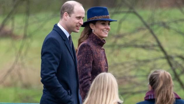 Herzogin Kate und Prinz William auf dem Weg zum Sonntagsgottesdienst in Sandringham (Bild: AP)