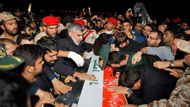 Der Sarg mit der Leiche Soleimanis ist im Iran eingetroffen. (Bild: AFP)