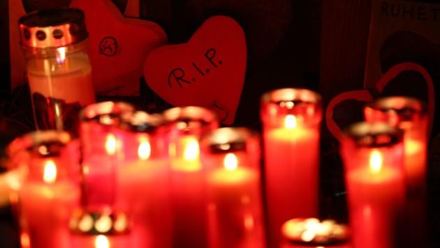 Kerzen und Herzen am Unfallort in Luttach (Bild: APA/AFP/PIERRE TEYSSOT)