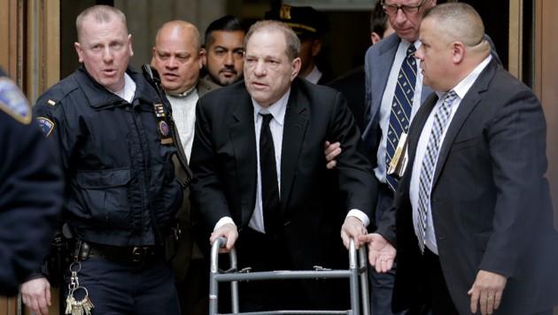 Harvey Weinstein stützte sich bei dem Gerichtstermin Anfang Jänner auf eine Gehhilfe. Er soll nach einem Autounfall an Rückenproblemen leiden. (Bild: The Associated Press)