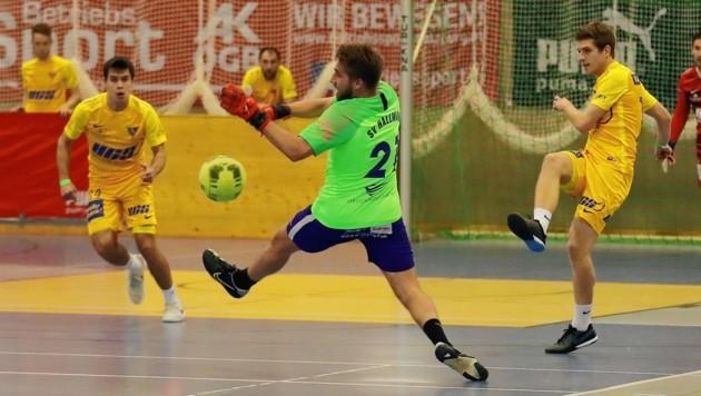 Hallwang-Lenker Bernhard Löw (M.) glänzte als Torwart Loew, schoss sein Team mit zwei Toren ins Finale gegen SAK (Bild: krugfoto/Krug Daniel sen.)