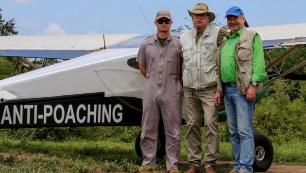 """Heli Dungler (r.) mit """"Krone""""-Reporter Mark Perry (m.) und einem der Piloten. (Bild: KIM MCLEOD)"""