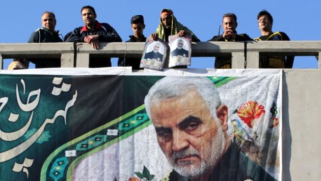 Auf dem Transparent: Der getötete iranische General Soleimani. (Bild: AFP)