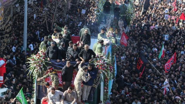 Hier wird der Sarg von Soleimani an Massen von Trauernden vorbeigefahren. (Bild: AFP or licensors)