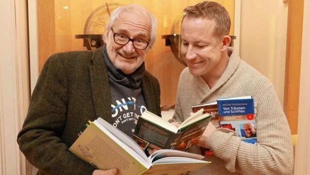 Schmökern in Schottis Reisetagebüchern zwischen den Welten und verschiedenen Globen. (Bild: Zwefo)