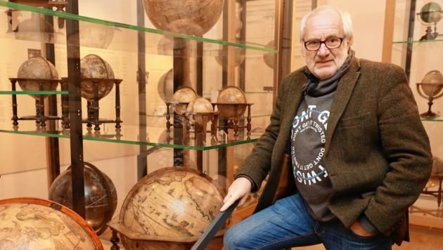 """Michael Schottenberg im Globenmuseum der Österreichischen Nationalbibliothek in Wien - ab Dienstag ist er Reise-Experte in """"Studio 2 """" (17.30 Uhr, ORF 2) (Bild: Zwefo)"""