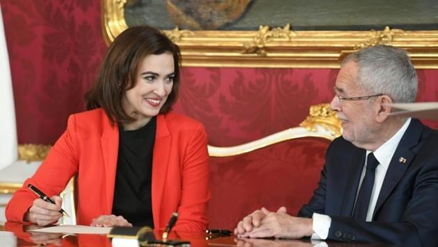Justizministerin Alma Zadic (Grüne) und Bundespräsident Alexander Van der Bellen (Bild: APA/ROLAND SCHLAGER)