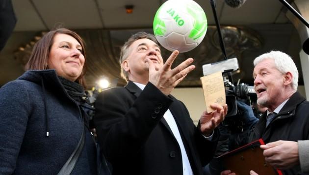 Werner Kogler bei der Amtsübergabe im Sportministerium (Bild: APA/HELMUT FOHRINGER)