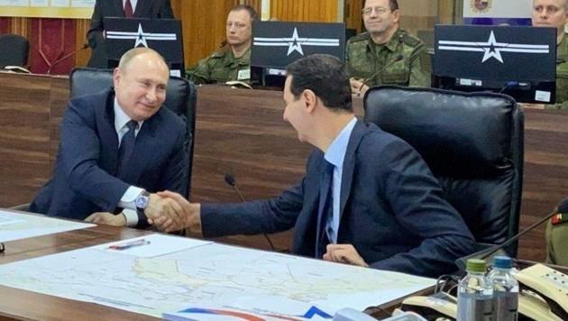 """Syriens Machthaber Bashar al-Assad bedankt sich bei Russlands Präsidenten Wladimir Putin für die """"russischen Opfer"""". (Bild: AP)"""