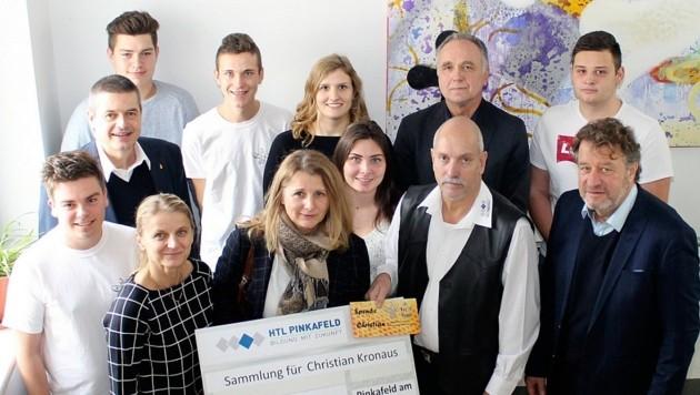 Christians Mutter Ingrid konnte 5000 Euro Spenden entgegennehmen. Das Geld unterstützt ihren Sohn auf seinem mühevollen Weg zurück in ein normales Leben. (Bild: HTL Pinkafeld)
