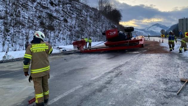 Ein Autokran konnte die schwere Hebebühne bergen. (Bild: Freiwillige Feuerwehr St. Veit)