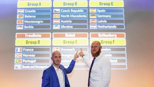 """Handball-Teamchef Ales Pajovic (r.) nahm für die """"Steirerkrone"""" die Gruppe A unter die Lupe. (Bild: DIENER / Eva Manhart)"""