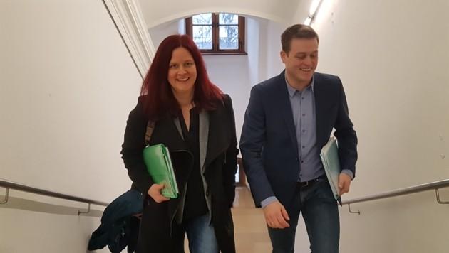 Stefan Kaineder mit Ursula Roschger am Weg zur Pressekonferenz (Bild: Werner Pöchinger)