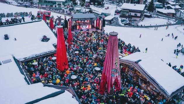 Rund 3000 Après-Ski-Fans drängten sich um den Goaßstall (Bild: EXPA/ JFK)