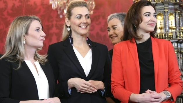 Integrationsministerin Susanne Raab, Familienministerin Christine Aschbacher und Justizministerin Alma Zadic (v.l.) bei der Angelobung (Bild: APA/HANS KLAUS TECHT)