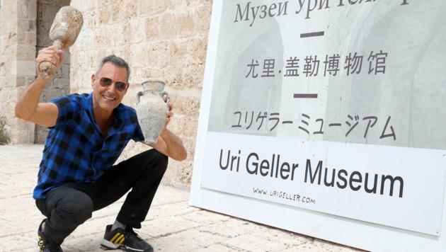 """Der Zauberer vor der Baustelle des """"Uri Geller Museums"""" in Jaffa (Bild: AFP)"""