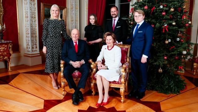 Kronprinzessin Mette-Marit, König Harald, Prinzessin Ingrid Alexandra, Kronprinz Haakon, Königin Sonja und Prinz Sverre Magnus auf dem Weihnachtsfoto der Royals. (Bild: AFP)